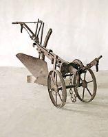 Aratro in ferro, con carrello, a trazione animale.