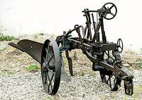 Aratro trainato da trattore.