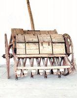 Altra seminatrice per frumento, in legno.