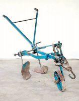 Zhapatrìce-solcarólo (sarchiatore-solcatore) con una ruota.