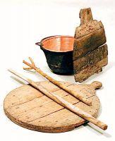 Ramìna, cópo, panàro e méscole: paiolo, ceppo, tagliere e mestoli per rimestare la polenta durante la cottura.