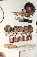Seciàro co scafa (acquaio da cucina con mensola) e serie di pentole in rame.