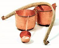Bigòlo co i séci e la cazha (arconcello o bilancere con secchi e mestolo di rame).