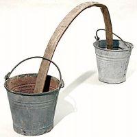 Arconcello o bilancere con secchi di metallo zincato.