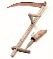Fèro da segare con pria da guzhare (falce fienaia con cote per affilare la lama) e coàro (portacote) di legno.