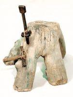 Ceppo con pianta o piàntola (incudine) e martello.