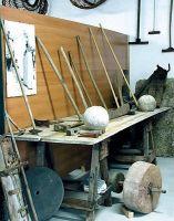 Attrezzi per la lavorazione della pietra e per l'affilatura dei coltelli.