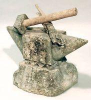 Incudine e martello scolpiti nella pietra.
