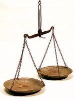Bilancia a pesi con due piatti