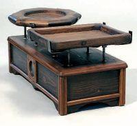 Bilancia a pesi a due piatti, in legno.