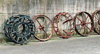Serie di ruote in ferro per macchine agricole.
